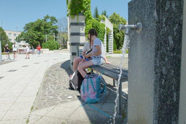 Na námestí v Leviciach sú dve pitné fontány.