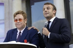 Na snímke vpravo francúzsky prezident Emmanuel Macron a vľavo britský hudobník Elton John.