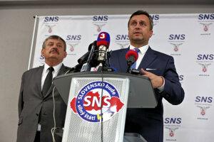 Podpredseda Anton Hrnko a predseda Andrej Danko počas tlačovej besedy po sneme Slovenskej národnej strany vo Zvolene.