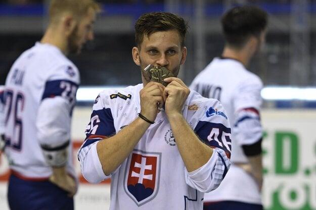 Jaroslav Martinusík bozkáva zlatú medailu.