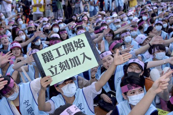 Zamestnanci od štvrtka podnikajú okupačný štrajk pred sídlom spoločnosti.