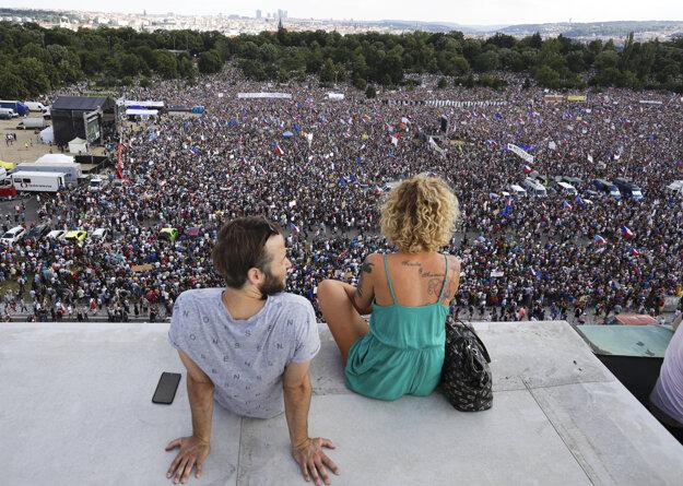 Ľudia na Letnej protestujú za nezávislosť justície a lepšiu vládu.
