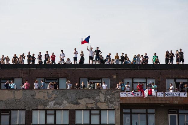 Protestujúci na budove pri Letnej.