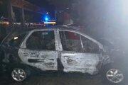 Oheň sa okrem auta rozšíril aj na priľahlé stromy a kontajner.