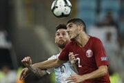 Lionel Messi v súboji s reprezentantom Kataru Karimom Boudiafom.