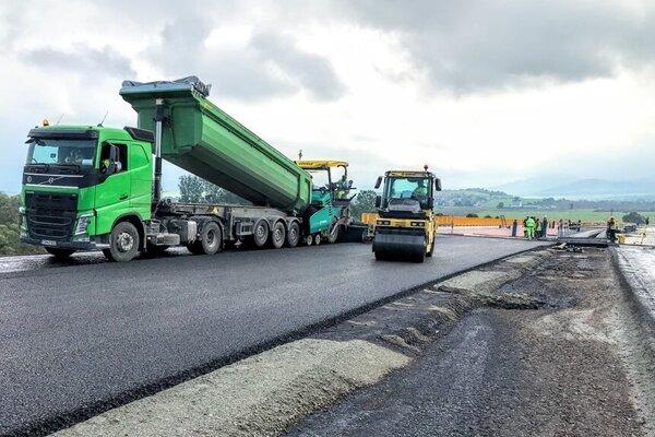 Na stavbe pribúda čoraz viac asfaltu.
