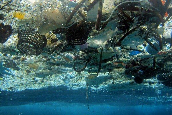 Plastový odpad zahlcuje oceány.