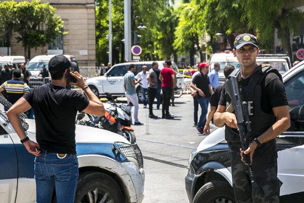 Ozbrojené zložky hliadkujú v blízkosti miesta výbuchu v centre Tunisu.
