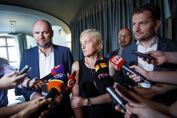 Predseda SaS Richard Sulík, matka zavraždenej Martiny, Zlatica Kušnírová, predseda SMK József Menyhárt a predseda OĽaNO Igor Matovič počas tlačového brífingu po spoločnom obede lídrov demokratických opozičných strán organizovaného Zlaticou Kušnírovou v Bratislave.