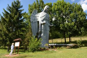 Socha anjela v obci Háj.