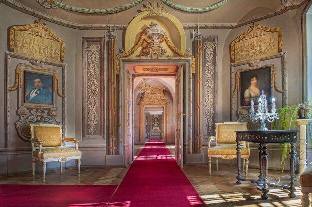 Kaštieľ v Humennom zaujme svojím bohatým interiérom. Priľahlý skanzen predstavuje bývanie obyčajného ľudu.