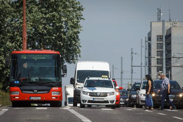 Výluka električiek od Molecovej ulice až po konečnú v Dúbravke jeriešená je okrem posilnenia liniek 29, 83 a 84 aj autobusovou linkou X5.