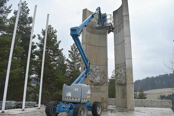 S opravou pamätníka začali už zjari.