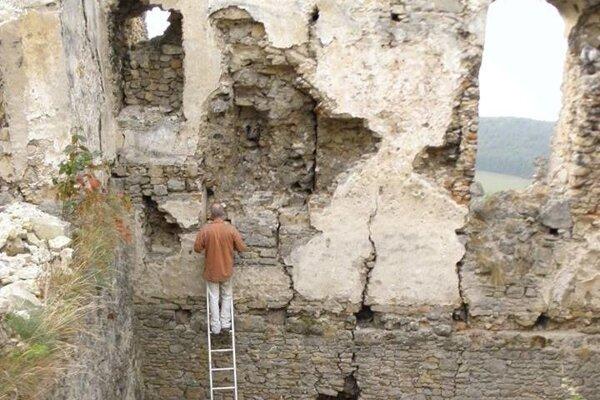Pri oprave Hričovského hradu