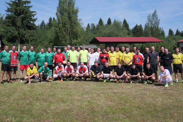Všetkých päť tímov spoločne na otvorení turnaja.