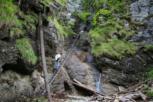 Na niektoré miesta v Slovenskom raji by ste sa bez rebríkov a reťazí nedostali.