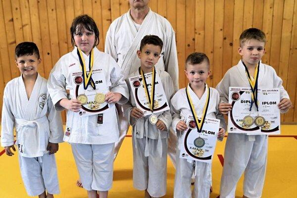 Zľava: Lukáš Tóth, Miriam Wenderlová, Eliot Carlisle, Matej Beňuška, Leo Cápay. Za nimi tréner Michal Rusnák.
