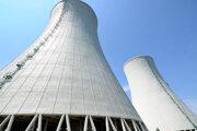 Chladiace veže 3. a 4. bloku Jadrovej elektrárne Mochovce počas návštevy poslancov Výboru NR SR pre hospodárske záležitosti na stavbe 3. a 4. bloku jadrovej elektrárne Mochovce.