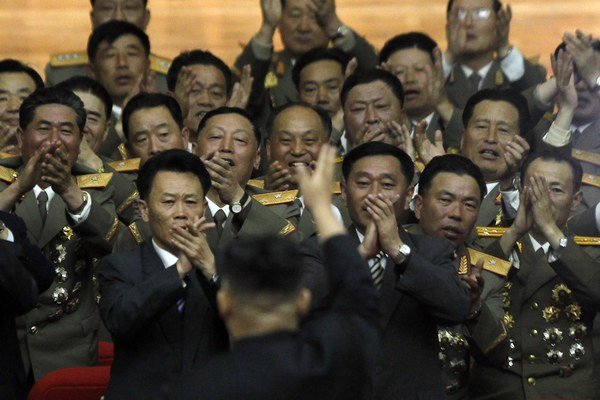 Kim Čong-un si užíva potlesk svojich vojakov.