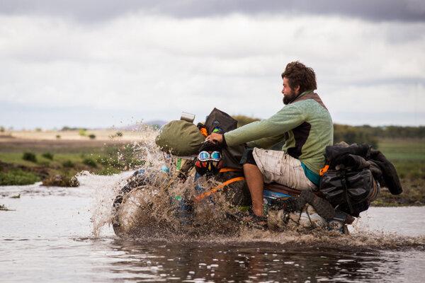 Staré motorky museli na ceste Afrikou zvládnuť všetko.
