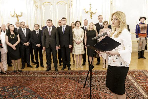 Na snímke vpravo prezidentka Zuzana Čaputová počas prijatia veľvyslancov SR a vedenia ministerstva zahraničných vecí a európskych záležitostí SR v Bratislave 3. júla 2019.