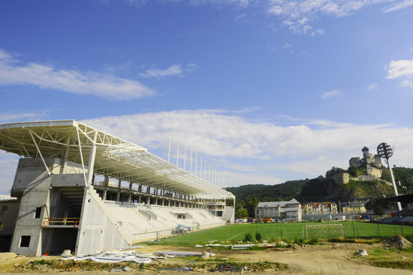 Výstavba futbalového štadiónu v Trenčíne.