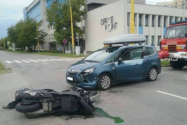 Nehoda sa stala blízko hasičskej stanice.