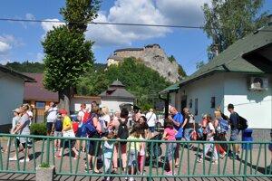 Turisti z Oravského expresu, cestovali zadarmo, prišli hlavne kvôli hradu.