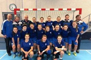 Slovenské reprezentantky vo futsale. Asistent trénera M. Hrabčák (v hornom rade druhý sprava) chce oživiť futsal v Košiciach.