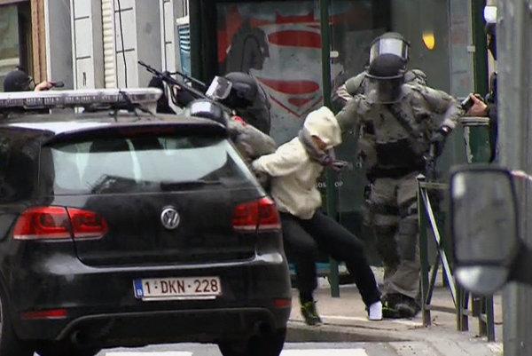 Zadržanie Salaha Abdeslama v Bruseli. Abdeslam je jediným preživším členom útočiacich kománd.