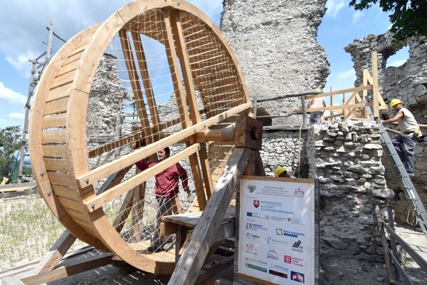 Obnova Vinianskeho hradu napreduje.