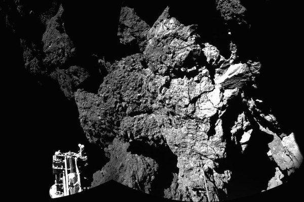 Snímka priamo z povrchu kométy.