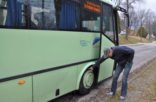 Eduard Černický kontroluj teplotu pneumatiky.