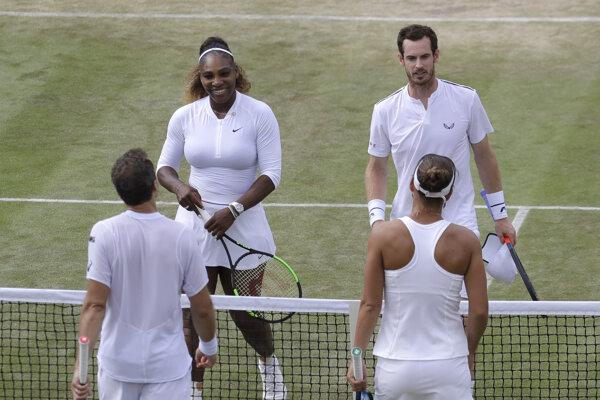 Americko-brazílsky pár Nicole Melicharová (vpravo chrbtom) a Bruno Soares (vľavo chrbtom) podávajú ruky americko-britskému páru Serena Williamsová (vľavo tvárou), Andy Murray po výhre v zápase 3. kola zmiešanej štvorhry na grandslamovom tenisovom turnaji Wimbledon 2019.