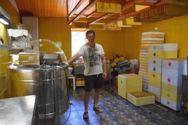 U včelára Alojza Šimčiska v Čadečke. Na tomto mieste spracúva med.