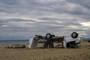 Prevrátený karavan na pláži.