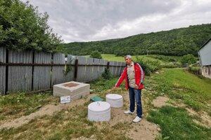 Na tomto mieste sú v zemi dve 10-tisíc litrové nádoby, kde zachytávajú dažďovú vodu.