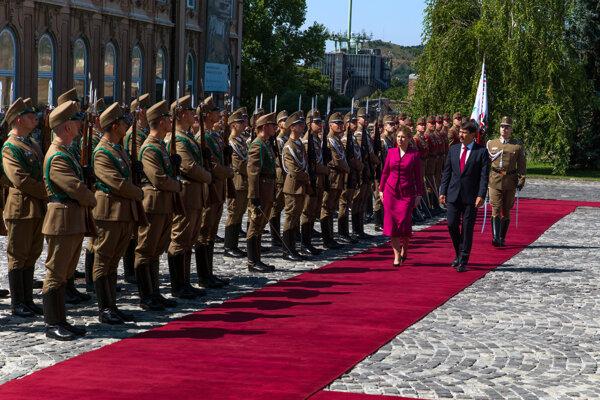 Prezidentka SR Zuzana Čaputová a maďarský prezident János Áder počas uvítacieho ceremoniálu v rámci návštevy slovenskej hlavy štátu v Budapešti.