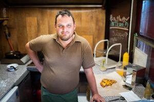 Tomáš Hortenský (37) pripravuje a predáva langoše vo firme Petržalské langoše od roku 2013. V súčasnosti je aj majiteľom firmy. Momentálne je stánok na Námestí hraničiarov v Bratislave v rekonštrukcii. Znovu ho otvoria v auguste.