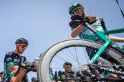 Profesionálni cyklisti dnes majú na bicykloch elektronickú zmenu prevodov a kotúčové brzdy.