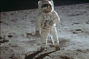 Buzz Aldrin kráča po povrchu Mesiaca, fotil ho Neil Armstrong.