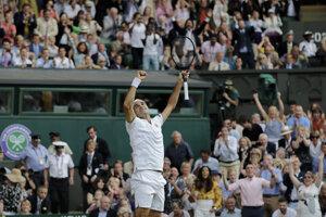 Roger Federer sa teší z víťazstva nad Rafaelom Nadalom po skončení semifinále Wimbledonu 2019.