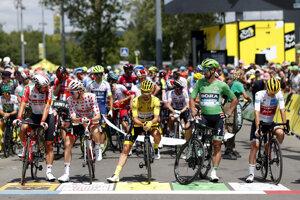Držitelia dresov pred štartom 9. etapy Tour de France - sprava  Egan Bernal v bielom drese, Peter Sagan v zelenom drese, Julian Alaphilippe v žltom, Tim Wellens v bodkovanom a víťaz predchádzajúcej etapy Thomas De Gendt.
