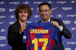 Prezident FC Barcelona Josep Maria Bartomeu predstavuje Antoinea Griezmanna.