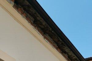 V streche po páde ostala diera v jej spodnej časti.