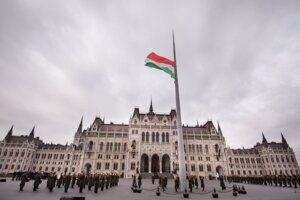 27-metrový vlajkový stožiar pred budovou parlamentu v Budapešti