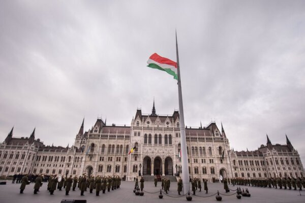 27-metrový vlajkový stožiar pred budovou parlamentu v Budapešti. Slováci majú mať ešte vyšší.