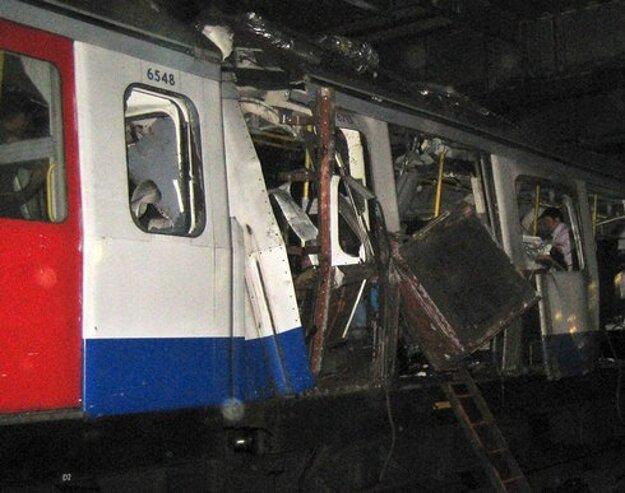 Trosky zničeného vozňa metra po teroristickom bombovom útoku v Londýne.