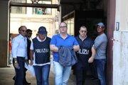 Na snímke zatknutý Salvatore Gambino (uprostred) v sprievode policajtov a FBI 17. júla 2019 v Palerme.