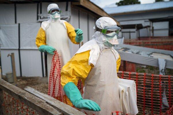 Zdravotníci v ochranných oblekoch sa presúvajú do liečebného centra v Konžskej demokratickej republike.